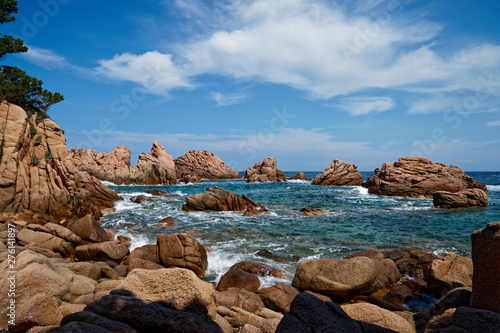 Photo  Stunning red rock formation at beach with turquoise blue sea at La Sorgente, Cos