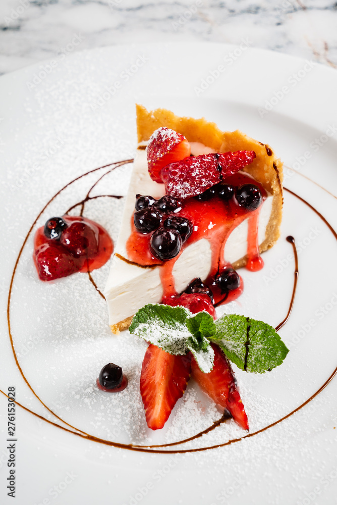 Fototapety, obrazy: cheesecake with fresh strawberries and mint