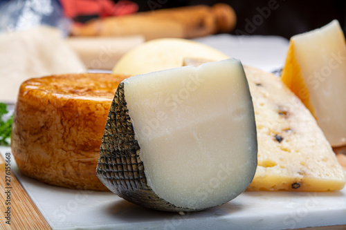 Foto  Variety of Italian pecorino cheeses, yellow aged, with black peppers from Nebrod