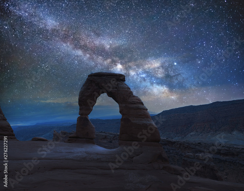 Tuinposter Nachtblauw Delicate Arch under the Milky Way