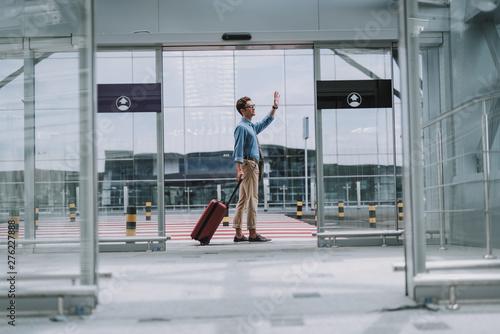 Poster Ecole de Danse Happy man in casual wear standing near entrance in airport