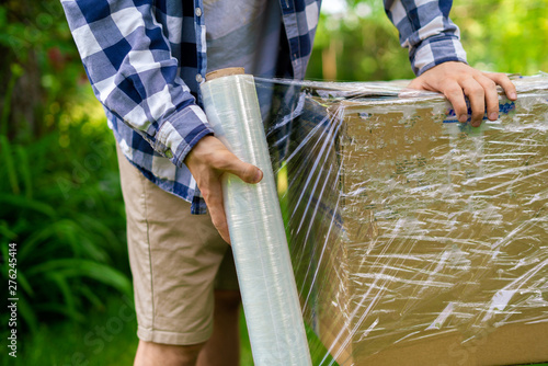 stretch wrap roll, man packing the box for shipping Fototapet