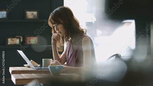 Fotografie, Obraz  悩む女性・パソコン・カフェ