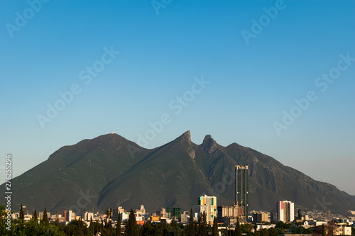 Montage in der Fensternische Blau Panoramic view of Cerro de la Silla mountain in Mexico against a clear blue sky