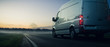 Lieferwagen bei Sonnenuntergang auf einer Landstraße