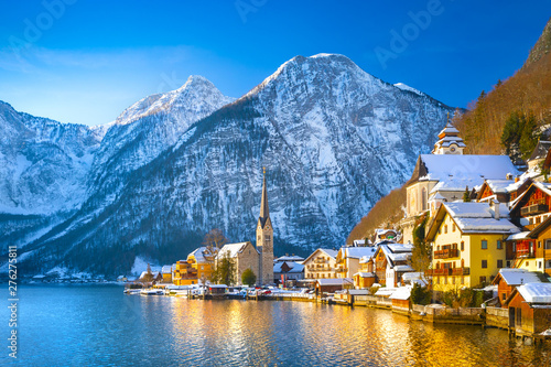 Fotomural  Classic postcard view of famous Hallstatt lakeside town in the Alps with traditi