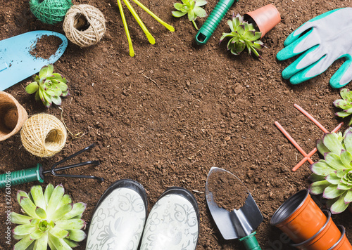 In de dag Tuin Top view of gardening tools on the ground