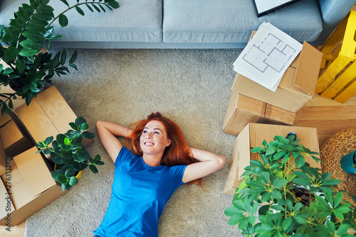 Poster Detente woman relaxing on sofa