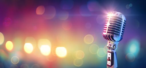 Retro mikrofon na sceni s bokeh svjetlom