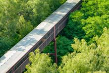 Mitten Im Wald Ein Fabrikgebäude - Verbindungsgang Förderband Mit Dach