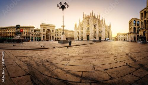 Autocollant pour porte Milan Milan Piazza del Duomo square. City center illuminated in the sunrise. Milano, Italy