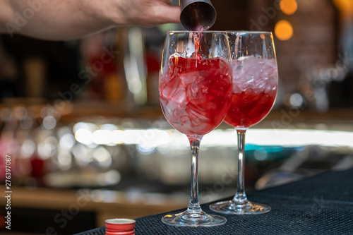 Valokuva bartender making relaxing coctail on a bar background