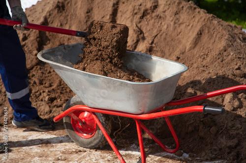 Tablou Canvas Gardener digs a flower bed in the garden