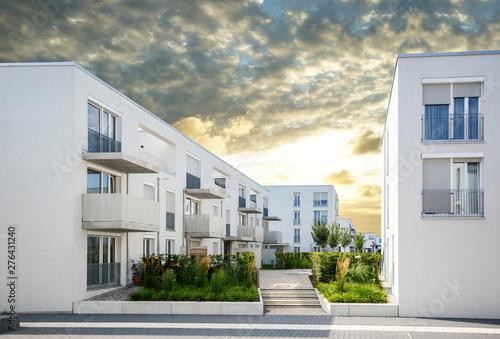 Fototapeta Moderne Neubau Immobilien, Mehrfamilienhäuser in neuer Wohnanlage in der Stadt obraz