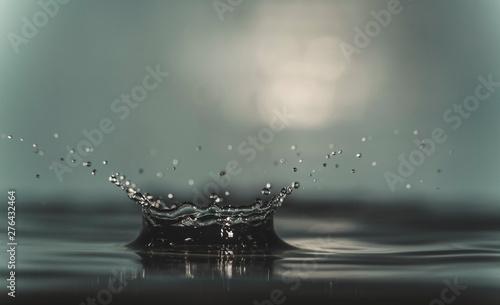 Foto auf Leinwand Wasserfalle water splash like a crown on a dark color blurred background