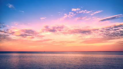 Piękny zachód słońca nad jeziorem Superior z żaglówką