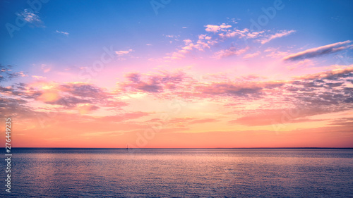 Foto auf Gartenposter See sonnenuntergang Beautiful sunset over Lake Superior with a sail boat