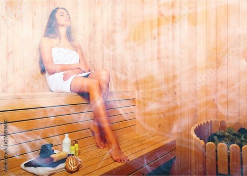 Fotomural Young woman relaxing in bathhouse