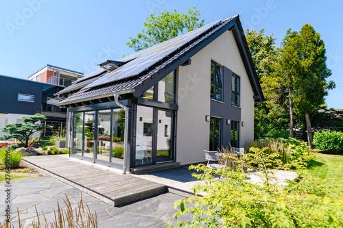 modernes Einfamilienhaus mit Garten Canvas