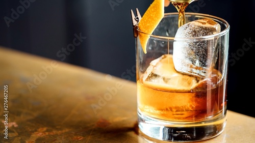 Cadres-photo bureau Alcool glass of whiskey and ice on table