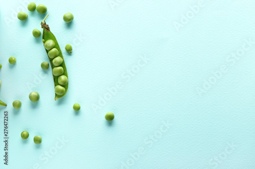 Tasty fresh peas on color background Fototapete