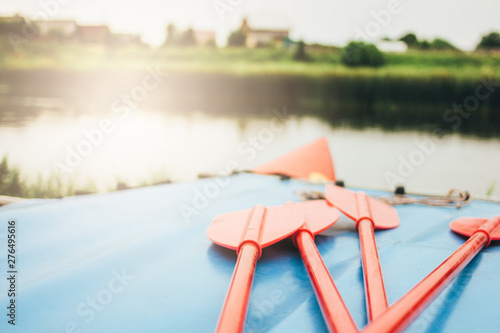 Fotografia Inflatable catamaran for river rafting and fishing on shore, focus on oars