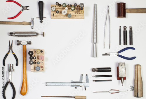 Fotografía  Top view of hands holding goldsmiths tools, jewelry objects