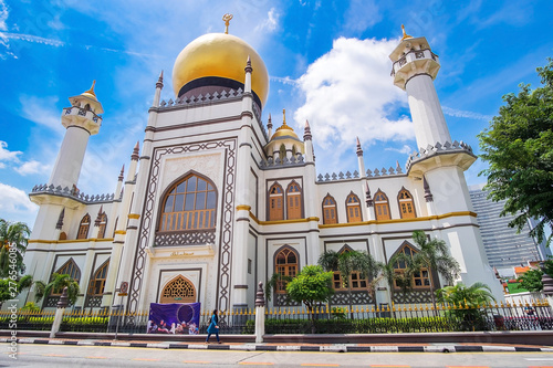 Fényképezés Masjid Sultan, Singapore Mosque in historic Kampong Glam with golden dome  and h