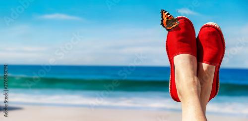 Poster Ecole de Danse Beine mit roten Stoffschuhen vor Strand und Meer