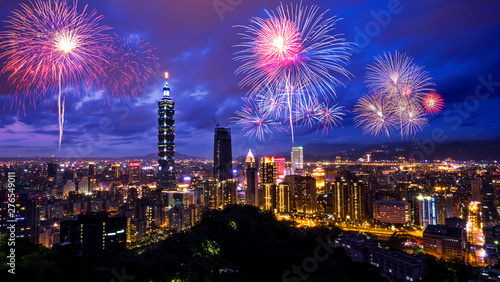 Foto auf Leinwand Dunkelblau Firework with cityscape night light view of Taipei. Taiwan city skyline at twilight time, public scene from view point at the Mountain.