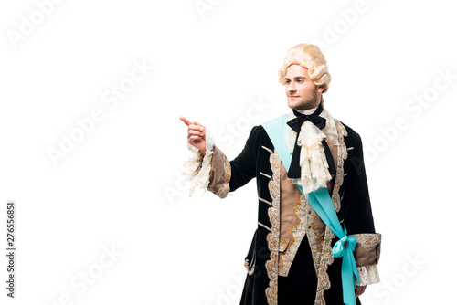 Foto happy victorian man in wig standing and pointing with finger isolated on white