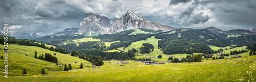 Foto auf AluDibond Dunkelgrau Seiser Alm (Alpe di Siusi) with Langkofel mountain at a cloudy day, Italy