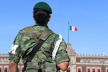 Mujer Militar De Espaldas Con Bandera Mexicana De Fondo