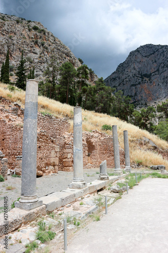 Stampa su Tela  View to Stoa of the Athenians in ancient greek town Delphi with mountains on the