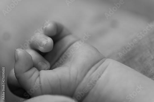 Photographie  Babyhand schwarz weiß