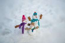 New Year Banner. Funny Group Of Snowmen Family In Stylish Hat And Scarf On Snowy Field. New Year Greeting Card. Happy Snowman Couple And Snowman Child Standing In Winter Christmas Landscape.