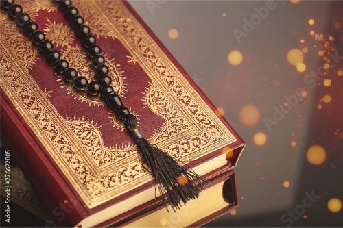 Photo  Islamic Book Koran with rosary on background