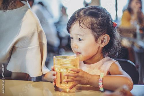 お水を飲む女の子