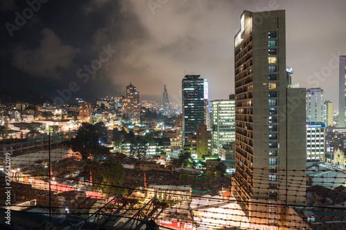 Fototapety, obrazy: Una vista de la ciudad en la noche