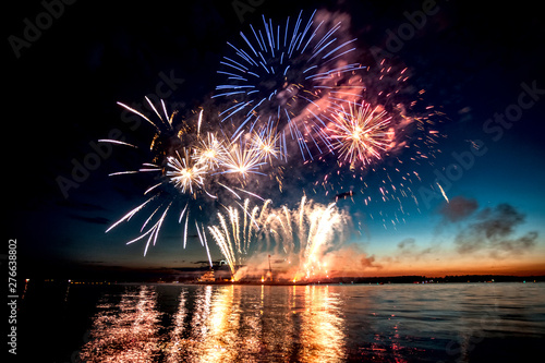 Fotomural Holiday fireworks above water with reflection on the black sky background