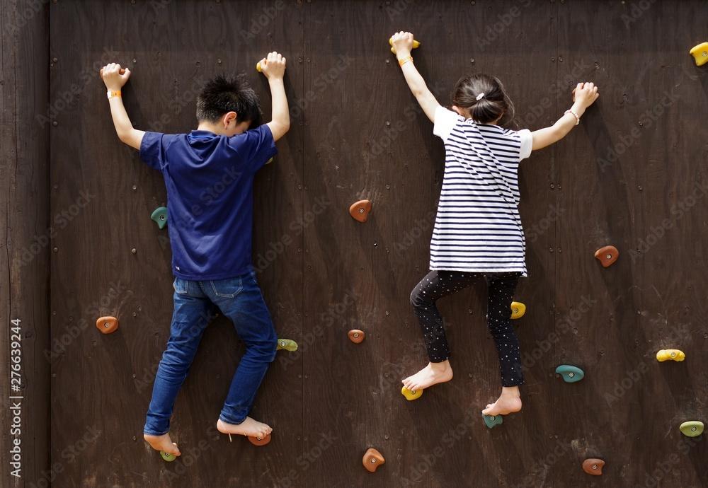 Fototapety, obrazy: 公園のボルダリングウォールで遊ぶ子供