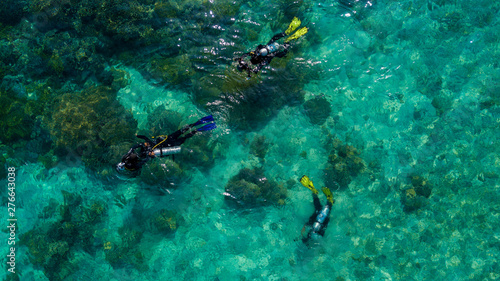 Tableau sur Toile Beautiful aerial view of divers prepare to dive in the middle of the sea