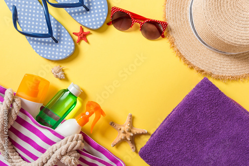 Poster Ecole de Danse Summer vacation background with copy space. Flat lay photo on color table, travel concept. Free space for text, mock-up