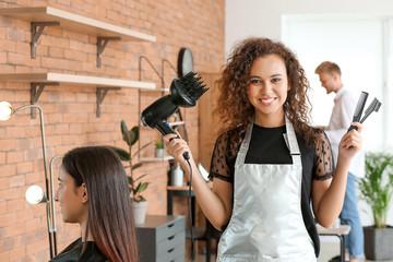 Mladi afroamerički frizer u kozmetičkom salonu