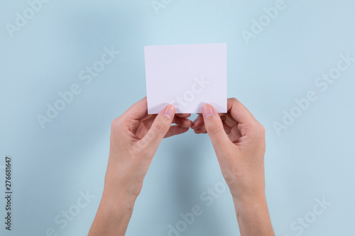 Hands holding a post-it