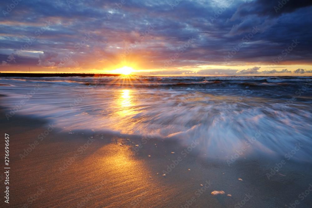 Fototapeta Zachód słońca na wybrzeżu Morza Bałtyckiego,Kołobrzeg,Polska.