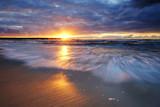 Fototapeta Fototapety z morzem do Twojej sypialni - Zachód słońca na wybrzeżu Morza Bałtyckiego,Kołobrzeg,Polska.