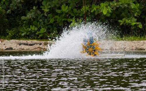Canvas Print Shrimp fishpond waterwheel in action