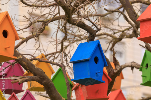 Photo  Decorative birdhouse of a blue color on a dry tree