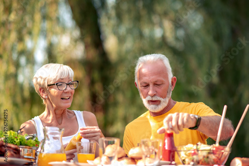 Poster Ouest sauvage Senior couple have a meal in nature
